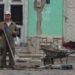VIDEO: Cam așa se FREACĂ MENTA pe bani europeni! În Piața Mică se refac lucrările de mântuială! Pe ploaie!