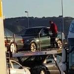 """VIDEO: Un șofer de la Filadelfia, filmat în timp ce fură din mașinile ce le transportă pe platformă! Patronul Sighiartău era să fie arestat acum 2 săptămâni pentru evaziunea din dosarul """"coletărie 2013""""!"""