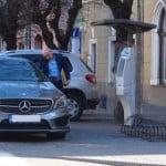 """FOTO: Peteleu îi SFIDEAZĂ la ei acasă! Merțanul de fițe îl suie pe trotuar, sub ochii Poliției Locale! Vezi ce mașini extravagante au bugetarii """"de dreapta""""!"""