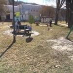 Sesizări: Mămicile din Bistrița vor locuri de joacă moderne, nu tobogane de tablă și parcuri cu noroi!