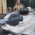 VIDEO: Ploaia ei de modernizare fără rigole: au feștit Piața Mică, dar au STRICAT canalizarea! La fiecare ploaie, zona e inundată ca niciodată până acum!