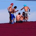 VIDEO: Pușcăriașii s-au suit pe acoperișul Penitenciarului Bistrița, în semn de protest! Vor mâncare mai bună și condiții de detenție la alte standarde !