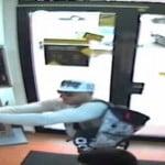 VIDEO: Vezi imagini cu hoțul de la Raiffeisen Bank, cel care i-a pus casierei pistolul la tâmplă! L-ai recunoaște pe stradă?