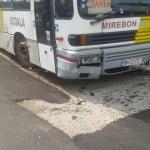 Bătaie de batjocură! Primăria Bistrița  a asfaltat o parcare în jurul unui autobuz abandonat!