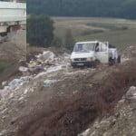 """VIDEO: Au """"țâpat"""" gunoaiele pe râpă, direct din camion! DISTRIBUIE să-i vadă o țară întreagă!"""