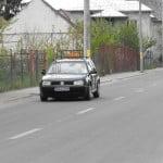 """Te enervează mașinile cu """"Școala"""" care merg prea încet? O tânără din Bistrița a cerut Primăriei să INTERZICĂ accesul lor în oraș în orele de vârf! I-au răspuns că îi trebuie 3.500 de semnături și studiu de impact pentru a DEZBATE asemenea proiect!"""