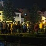 """""""Strada"""" se stinge încet-încet, dar spiritu-i arde MOCNIT! Maxim 100 de oameni, în fața Prefecturii în a 8-a zi de proteste!"""
