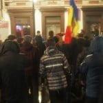 VIDEO: Prin ploaie, alături de țară… Bistrița se trezește! Vezi ce reacție au avut manifestanții când au ajuns la sediul P.S.D!