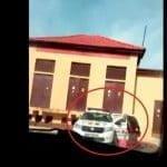 L-a filmat cu telefonul cum spăla mașina de Poliție pe domeniul public, undeva în zona Gării Bistrița! Dacă sunt identificați, polițaii riscă amendă de maxim 1.000 de lei!