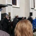 FOTO – VIDEO: Soția lui Ioan Oltean, condusă pe ultimul drum de un sobor de preoți! Dorina Oltean a fost înmormântată astăzi, în curtea Bisericii din Unirea!