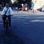 Are Touareg de protocol și șofer la dispoziție, dar vine la serviciu cu bicicleta! Prefectul Ovidiu Frenț, exemplu de practici… europene!