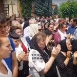 VIDEO: Cristian Pomohaci chemat la audieri de urgență, la Arhiepiscopie! A venit îmbrăcat în preot și a fost primit cu osanale și aplauze de fanaticii săi!