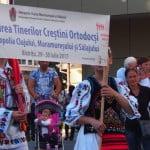 VIDEO: Tinerii ortodocși în procesiune pe străzile Bistriței, alături de Mitropolitul Andrei!