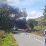 FOTO: Accident SPECTACULOS! Două autoturisme s-au IZBIT între Bârla și Măgurele: o mașină a luat foc, unul din șoferii implicați a fost rănit!