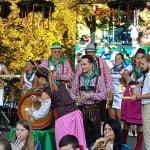 FOTO: Să curgă berea! Primarul Ovidiu Crețu, îmbrăcat într-o cămașă bavareză, la deschiderea festivă a Oktober Show 2017