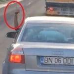VIDEO: Un șofer cu numere de BN șicanează un microbus ce transporta persoane! De la volan, face gesturi obscene și frânează brusc în fața microbusului! Ce-i transmiteți obraznicului? Dacă va fi PRINS, riscă amendă de la 1.300 la 2.900 de lei și suspendarea permisului!