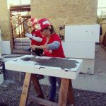 FOTO: O tânără din Bistrița a dat o mână de ajutor la proiectul privind construcția a 36 de case în Bacău