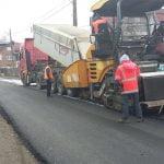 FOTO: Pe circa 6 kilometri din DN 17D lucrările sunt finalizate, iar pe alți 4 kilometri se toarnă penultimul strat de asfalt