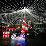 FOTO:  De Ziua Națională a României se aprinde și iluminatul festiv de iarnă din Piața Petru Rareș. Primele probe au fost făcute