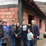 FOTO: Un vis împlinit pentru familia Morariu din Salva! Cele trei suflete își vor petrece Crăciunul în casă nouă!