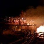 FOTO: Flăcări puternice au mistuit o casă din localitatea Feldru