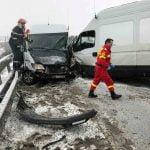 FOTO: Trei mașini implicate într-un accident rutier produs pe pasarela de la Beclean