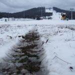 """VIDEO: Se TOPEȘTE! Vremea caldă a stricat zăpada de pe pârtia de schi! Tunurile au mers """"a pagubă"""" timp de două nopți și DEGEABA au produs zăpadă pentru 20% din suprafață!"""