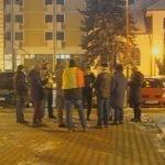 Se stinge! Doar o mână de oameni s-a prezentat în seara-asta, la protestul de la Prefectură!  Vedeta serii: Francis Antal omul care la 64 de ani, a mers pe jos până la București să strige anti -PSD!
