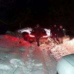FOTO: Au rămas împotmoliți cu mașină în zăpadă, în apropiere de localitatea Șanț. Jandarmii montani le-au venit în ajutor