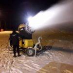 FOTO: Temperaturile scăzute anunțate de meteorologi au pus în funcțiune tunurile de zăpadă de pe Pârtia Cocoș