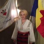 Premierul Viorica Dăncilă îmbracă haine realizate cu măiestrie într-un atelier de artă populară din localitatea Salva. Cine le realizează?