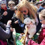 FOTO: Pregătiri pentru Sărbătorile Pascale. Zeci de elevi au împodobit un copac din Piața Centrală cu ouă