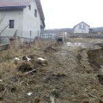 FOTO: Alunecare de teren în zona Dealul Jelnei. Circulația nu este afectată, dar două case sunt în pericol
