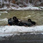 FOTO: Un autoturism a căzut în apă în zona localității Fiad. Două persoane, la spitalul din Năsăud