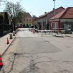 FOTO: Lucrări în zona trecerii de pietoni de pe strada Mihail Kogălniceanu, unde dalele de piatră se desprind