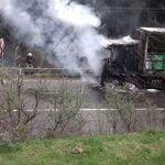 FOTO/VIDEO: PASUL TIHUȚA: Un incendiu a cuprins cabina unui autotren încărcat cu azotat de amoniu. Circulația este blocată în ambele sensuri
