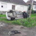 FOTO: O maşină s-a răsturnat pe raza localităţii Vermeş. Un bărbat a fost rănit