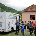 FOTO: Bibliobusul a ajuns și la Şcoala Gimnazială din Cormaia. Copiii, foarte încântați