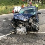 Alcoolul la volan face victime! Trei tineri au fost răniți după ce un șofer beat a intrat cu mașina într-un stâlp
