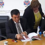 """FOTO: Zi istorică pentru orașul Beclean! S-a semnat contractul de 5 milioane de euro pentru realizarea proiectului """"Drumul Gării din Beclean"""""""