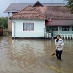 FOTO/VIDEO: Gospodării din localitatea Urmeniș, inundate în urma ploilor abundente