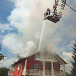 FOTO/VIDEO: Acoperișul unei case din Viișoara, cuprins de flăcări