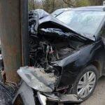 A pierdut controlul volanului și a intrat într-un stâlp. O persoană a fost rănită