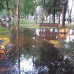 FOTO/VIDEO: O porțiune din Parcul Municipal, inundată. O conductă de apă s-a spart