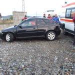 FOTO: Nu a adaptat viteza la condițiile de drum și s-a oprit cu mașina într-un gard. Șoferița și o fetiță de circa 10 ani, la spital