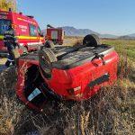 FOTO: Trei victime după ce o mașină s-a răsturnat. Accidentul s-a produs pe drumul care leagă Livezile de Dorolea
