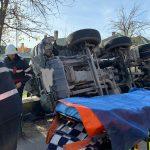 FOTO/VIDEO: Bărbat blocat în cabina unei betoniere care s-a răsturnat pe raza localității Sărata