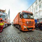 FOTO: 17 camioane încărcate cu cadouri de Crăciun au pornit la drum. Peste 20.000 de copii din România le așteaptă nerăbdători