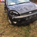 FOTO: O mașină s-a răsturnat în afara părții carosabile pe DN 17C, în cartierul Liviu Rebreanu din Năsăud