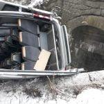 FOTO: Patru persoane au fost implicate într-un accident rutier după ce microbuzul în care se aflau a căzut de pe un pod